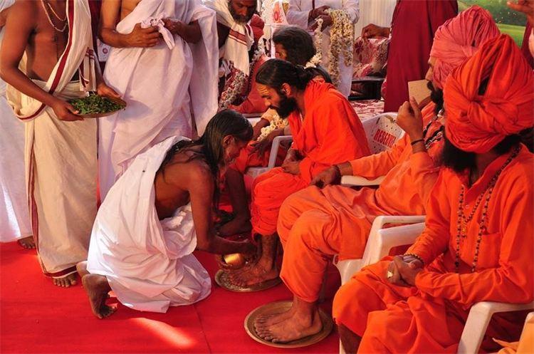 Lavage pieds Mahayaga